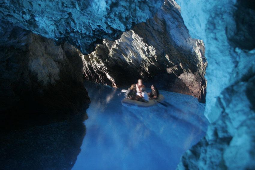 gummibåt inn i blue cave