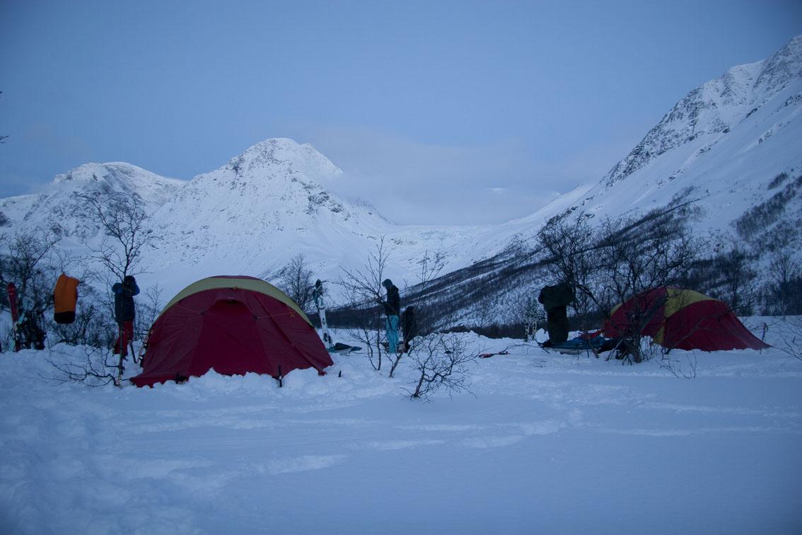 Telt-basecamp i Lyngsdalen med utsikt mot Lyngsalpene